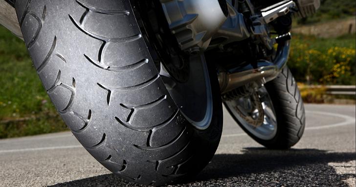 7月1日交通新制:機車胎紋納入檢驗及騎乘電動自行車應配戴安全帽