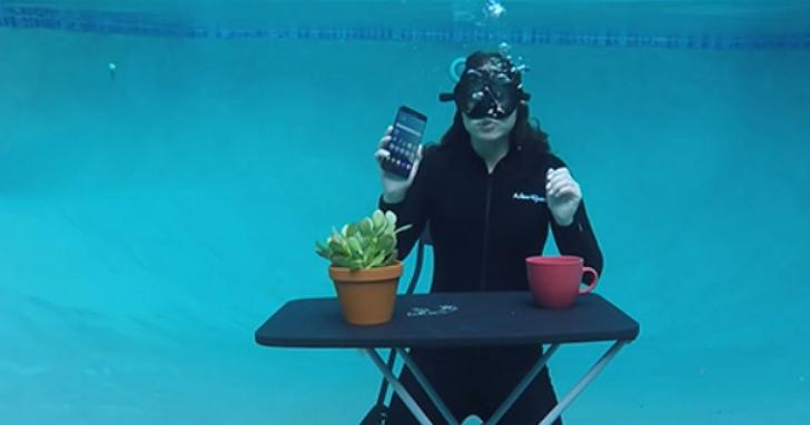 瘋狂測試:三星Note 7 在水裡頭,虹膜辨識、手寫筆還能使用嗎?