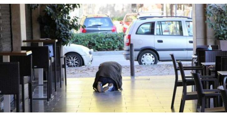 古生物學家在西班牙街道上被絆倒,意外發現地磚上藏有古代海牛化石