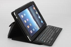 ZIPPY BT-540 藍牙鍵盤,架著 iPad 皮套變桌機
