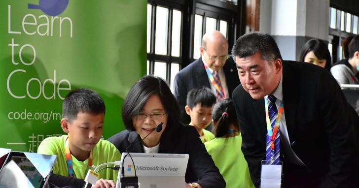 台灣微軟 Hour of Code年度活動開跑,男孩女孩一起玩遊戲、寫程式