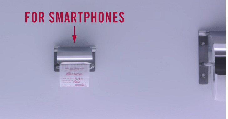 你的手機比馬桶還髒!日本NTT創意無極限、成田機場公廁推出手機專用滾筒衛生紙