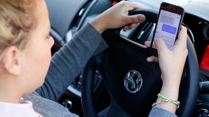 英國針對駕駛低頭族開罰,第一週就抓到八千人違法