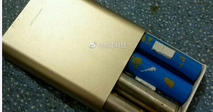 中國網友在路邊花三十元人民幣買來「小米行動電源」,拆開後發現兩個史上最強的「贈品」