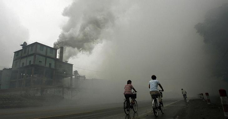 中國地方環保官員為了提高治污減霾KPI,用紗布堵住PM空氣監測數據採樣器