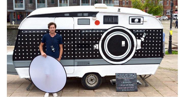 超浮誇!他把旅行車廂裝上鏡頭改裝成巨型相機,而且還可以在相機裡面手沖底片