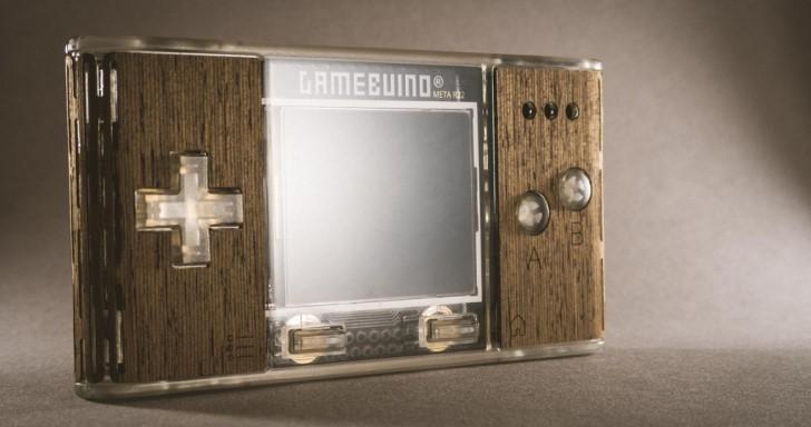 來自法國的Gamebuino META土砲遊戲機,不但有假掰木殼還有炫砲LED