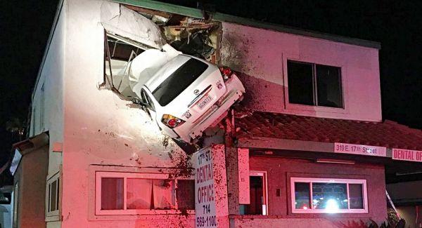 玩命關頭「第九集」開拍?Nissan Altima 美國加州車禍「飛進」診所二樓!