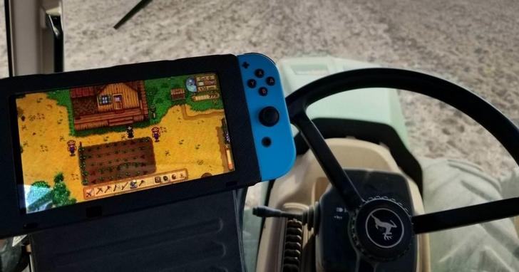 模擬農場的《星露谷物語》超有魅力,正港農夫開拖引車時也在玩