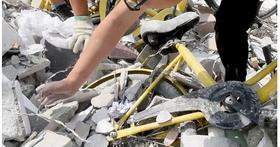 中國共享單車員工尋找「沈默車」,意外在廢棄工地發現大量共享單車遭「活埋」