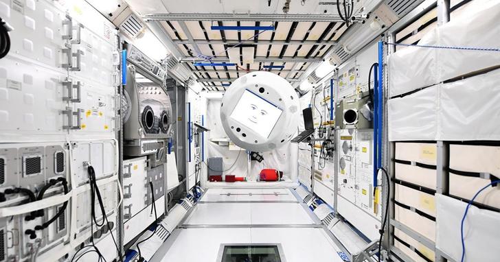 Space X 派機器人船員進入太空站,科幻片場景成真了