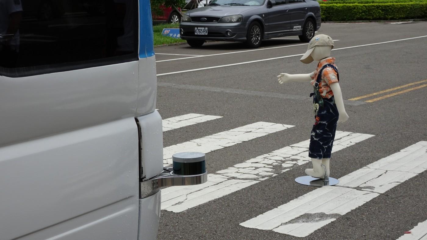直擊!台灣首部自駕中巴,遇突發狀況反應超靈敏
