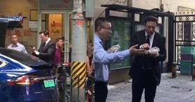 馬斯克突然跑去中國三天,不但創立研發中心、蓋工廠還在街頭吃「雞」吃「煎餅」,原因在於中美貿易戰