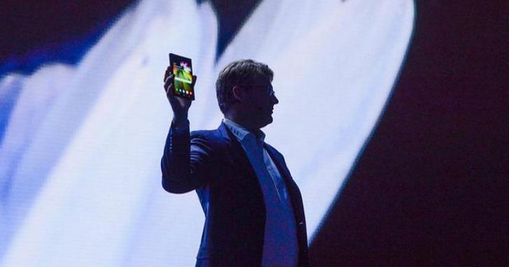 三星在 2018 開發者大會上,終於亮出了真正的摺疊手機並表示明年將量產