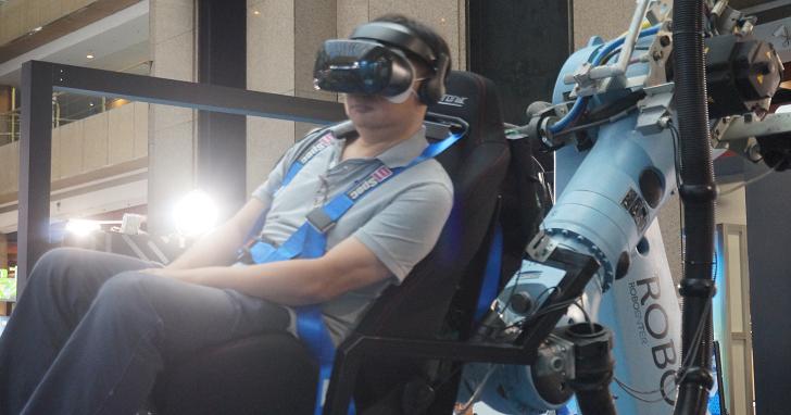 機械手臂 + VR 頭盔有沒有搞頭?帶你來資訊月現場看 Robot VR 720 度模擬飛行震撼體驗