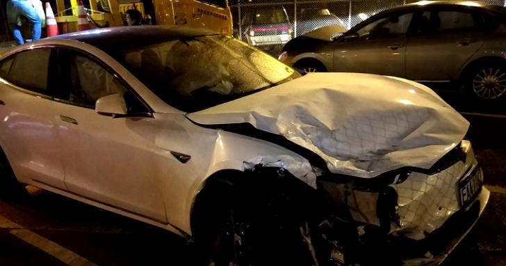 台灣首例特斯拉車主開啟自動輔助駕駛後睡著,國道高速追撞兩輛警車