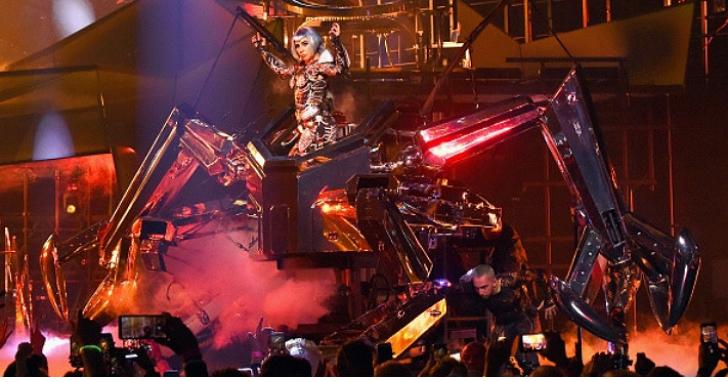 Lady Gaga 在昨晚的演唱會上,用第二分身「Enigma」、騎巨型機器人宣示她沒有被電影改變