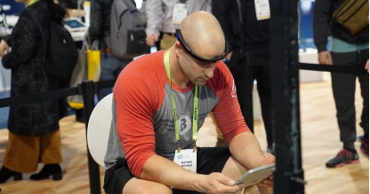 人腦與機器溝通的「腦機介面」成熟了嗎?這次CES上展示的兩種「頭環」以及可用腦控制的機械義肢