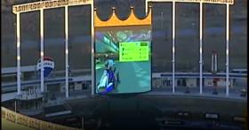 地方媒體意外拍到有人用棒球場螢幕玩《瑪莉歐賽車》,究竟是誰這麼大膽?