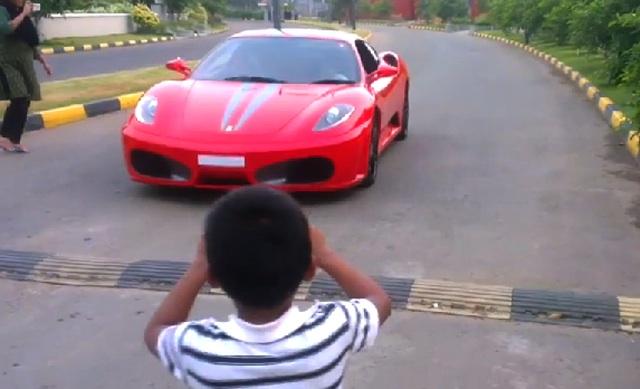 讓孩童無照駕駛法拉利,印度老爹可能要吃牢飯!