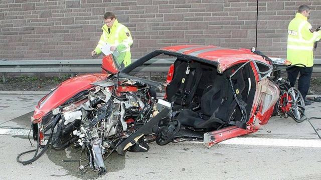 時速超過300公里撞毀的法拉利 430 Scuderia,車上兩人竟還健在!