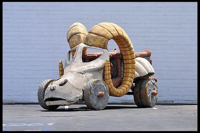 練腿?買這台就對了!「石頭族樂園 2 - 賭城萬歲」的四驅史前石頭貨車要拍賣