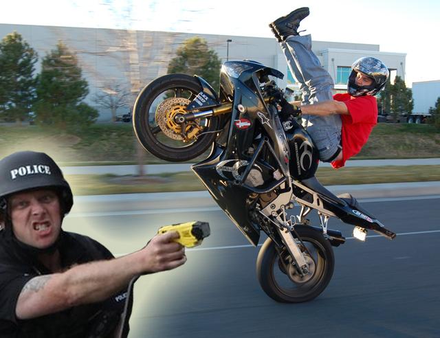 今日他最衰-重機甩帥翹單輪撞上警車,憤怒員警飛撲騎士!【影片】
