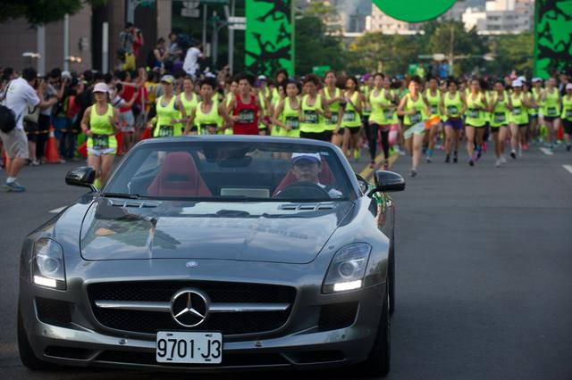 Mercedes-Benz響應AMAZING GETAWAY 2013 NIKE女生運動節,SLK、SLS、B-Class一齊帥氣現身聲援跑者