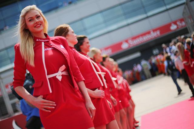 2013 F1英國站賽車女郎圖集,金髮美女真的比較正嗎?