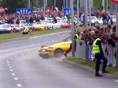 Koenigsegg CCR在超跑活動失控衝向人群!引擎的怒吼聲最後被觀眾的哀號聲壓過