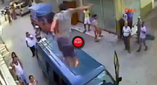 箱型車撞倒孩童後,全村的人都瘋了!2樓跳下襲擊是武俠片看太多了嗎?