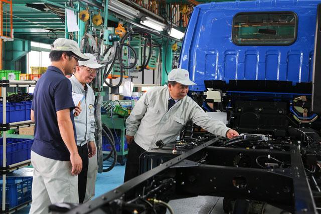 中華汽車推出平價3.49噸商車,總經理劉興臺與全體同仁歡慶「中華新達」量產下線