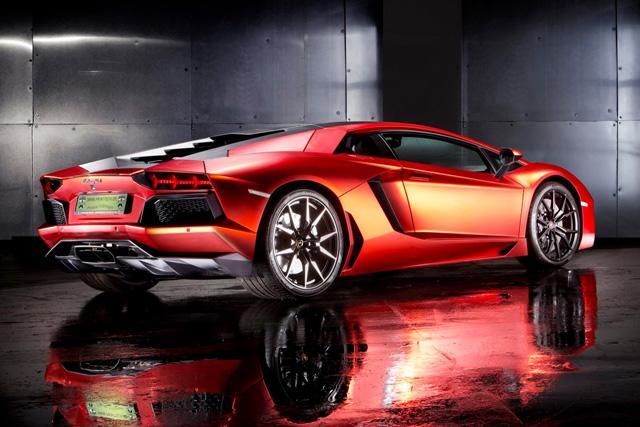藍寶堅尼大牛 Aventador超跑光車身包膜的錢就可以買輛 Ford Fiesta入門小車了!