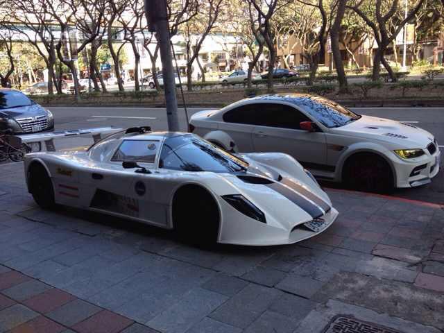 【熱門話題】台北人行道驚見荷蘭純手工打造賽車SAKER!一旁的 BMW M3也頓然失色!