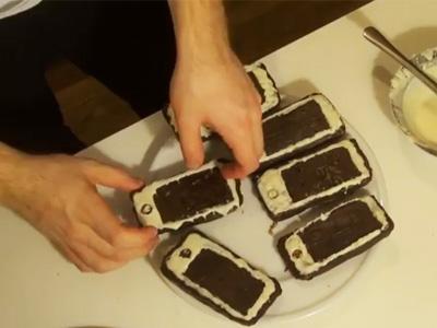 電話餅乾惡整警察,手機都吃了,還能開什麼罰單?