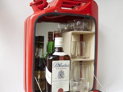 汽油桶酒櫃:朋友都說我血液裡汽油濃度很高,其實是因為我每天喝汽油?!