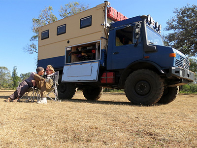開著 Mercedes-Benz Unimog卡車環球世界! 史上最長的蜜月之旅