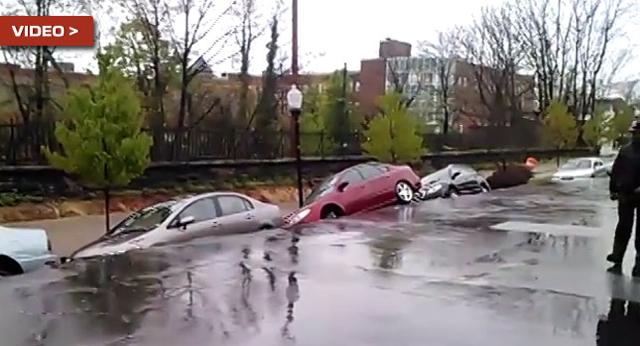 巴爾的摩鄉村發生地基沖刷坍方、整排汽車在眾人眼前被吞噬!