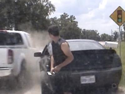 被丟酒瓶又因超速被攔,最後車還被撞爛!超衰的 Ford Mustang車主!
