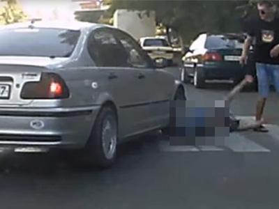 路人多看幾眼就被 BMW駕駛給撞昏!有這麼趕嗎?