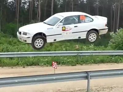 車神顯靈全紀錄!BMW賽車騰空飛起落地後超完美甩尾過彎!