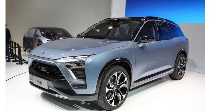 中國「蔚來」電動車主在路上按下「更新」,結果螢幕變黑、車掛在路邊兩小時連車窗都搖不下來