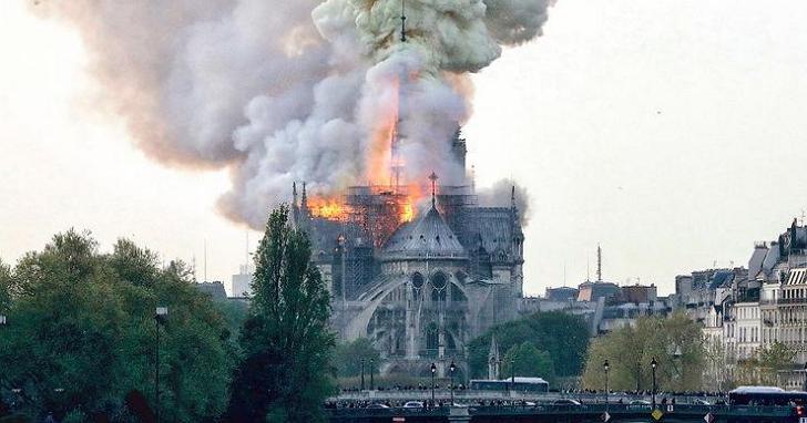 巴黎聖母院大火!尖塔倒下、玫瑰花窗全毀,巴黎人紛紛落淚