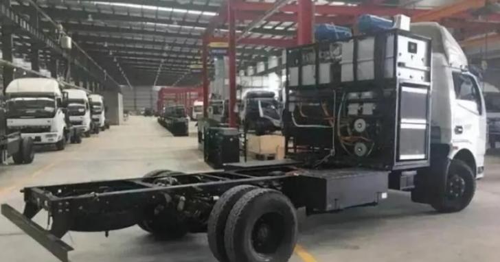 嘴砲無敵!中國河南工廠號稱發明「水氫引擎」,汽車只要加水就能跑、當地官員誇讚