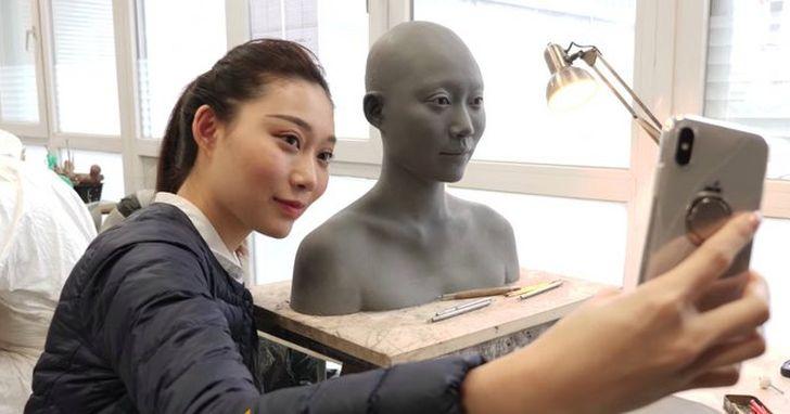 為了更好地測試手機自拍效果,DxO 特意做了個「模特兒」Sienna
