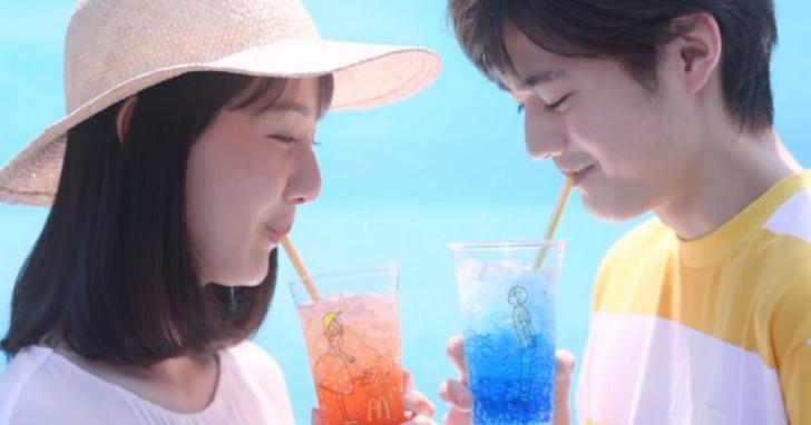 日本麥當勞的手繪文青飲料杯,被網友玩成令人傻眼的情色杯:對不起,是我打開的方法不對!