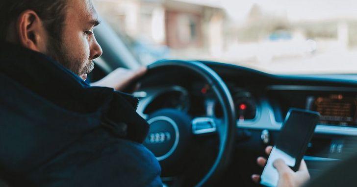 開車還要玩手機?AI 要把這些危險的駕駛員都揪出來罰分、罰款