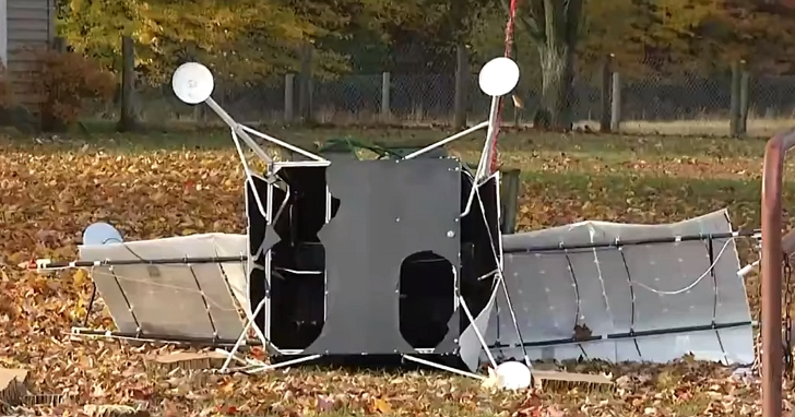 美國婦人在自家農場發現來自兩萬公尺高空的不明飛行物殘骸,上面竟還有三星的LOGO?