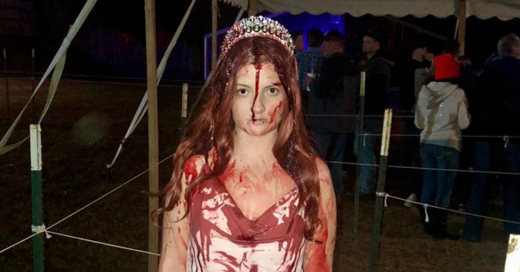 參加完萬聖節鬼屋活動後請卸妝,否則你會像這位美國女演員一樣把想幫助你的警方人員給嚇壞