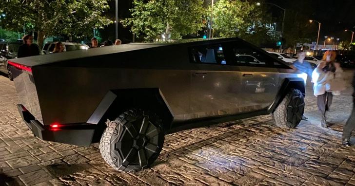 網友直擊Cybertruck在洛杉磯上路趴趴走,馬斯克載妹親自駕駛